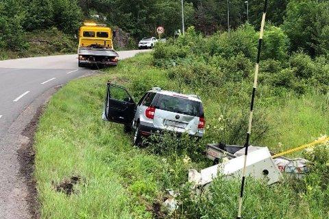 KJØRTE UT: Bil og henger havnet i grøfta langs Taranrødveien på Sem.