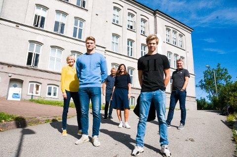 HÅNDBALLSKOLE: K2 Kompetanse holder til i Slottsfjellskolen. Nå får de elever fra Nøtterøy Håndball. Fra venstre Ingelise Holland Schliekelmann (daglig leder K2), Ola Benum Gabrielsen (Nøtterøy Håndball), Trond Skrede (avdelingsleder K2), Hege Tronsaune (markedssjef K2), Tollef Lindqvist (Nøtterøy Håndball), Roger Meyer (daglig leder Nøtterøy Håndball).