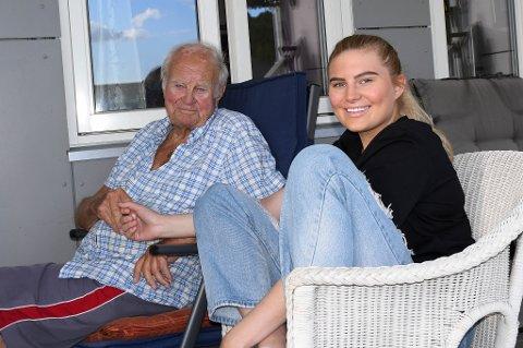 BESTEVENNER: Pernille Solheim Andresen og bestefar, eller Beppa, Jan Erling Jørgensen henger ofte sammen. Pernille har sørget for at Beppa er en hit på Tik Tok.