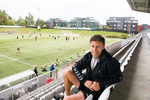 ALENE PÅ TRIBUNEN: - Å stå foran gutta i garderoben og fortelle at det ikke ble noe nå, heller, var veldig tungt, sier Ronny Johnsen. For FK Eik Tønsberg-treneren har debutsesongen som trener blitt en tålmodighetsprøve av de sjeldne.