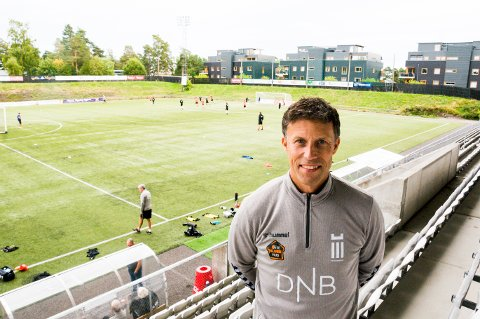 VENTET OG VENTET: Trener Ronny Johnsen og FK Eik Tønsberg fikk ikke spilt en eneste seriekamp i 2020-sesongen grunnet koronarestriksjonene. Men klubben noterte seg for millionoverskudd.