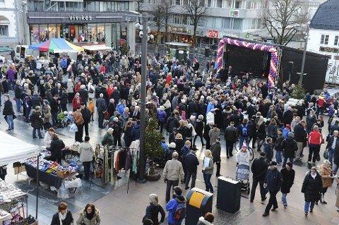 BLE FLERE: Det ble 733 flere innbyggere i Tønsberg ifjor, og byen er dermed en av de raskest voksende kommunene i landet. Bildet er fra en konsert på Torvet før koronapandemien.