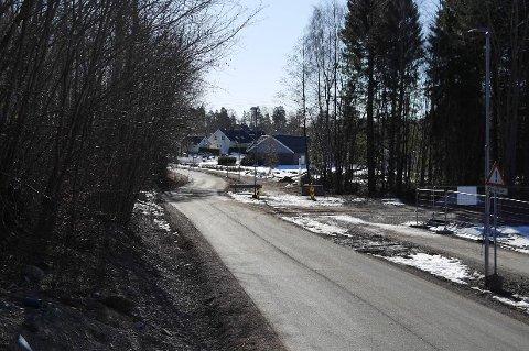 FORBUDT: Det er fortsatt forbudt å kjøre Bjellandveien, selv om busslusa er fylt igjen. I forrige uke fikk to bilister 5000 kroner i bot for å ha tatt sjansen.