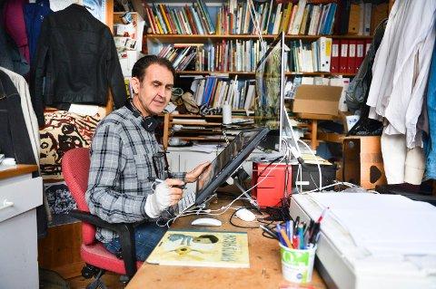 DET LIGGER TIL SLEKTA: Illustratør Svein Nyhus skal nå stille ut arbeider i Drøbak. Med på utstillingen er også sønnen Simon, døtrene Kaia og Ninni, samt broren Egil.