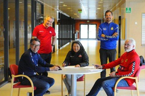 ENIGHET TIL SLUTT: Her signerer klubbene en ny samarbeidsavtale om guttesatsingen i Nøtterøy Håndball. Fra venstre Geir Åkvik (Teie Håndball), Roger Meyer (Nøtterøy Håndball), Anne Yun Rygh (Nøtterøy Håndball), Terje Røssland (Tønsbergs Turn) og Arne Ottestad (Nøtterøy Bredde).