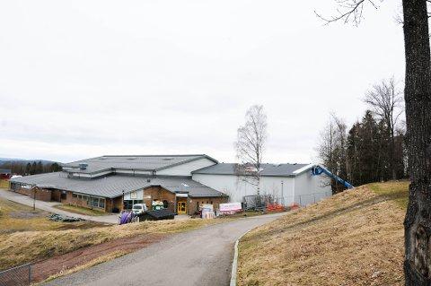 NYTT NAVN: Vålehallen med den nye turnhallen til høyre.