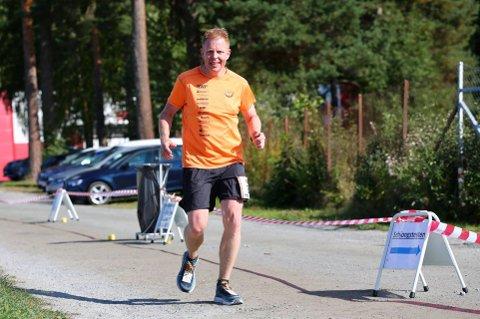 HARDHAUS: Bjørnar Tyberg (47) fra Åmot klarte 50.500 høydemeter i løpet av mars. Det ble feiret med 13 mil løping 1. april.