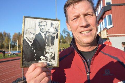 HISTORISK: Even Hytten med bildet fra den gangen Christian Lindboe delte ut pokalen til Svein Hytten i 1967. Foto: Even Grinvoll