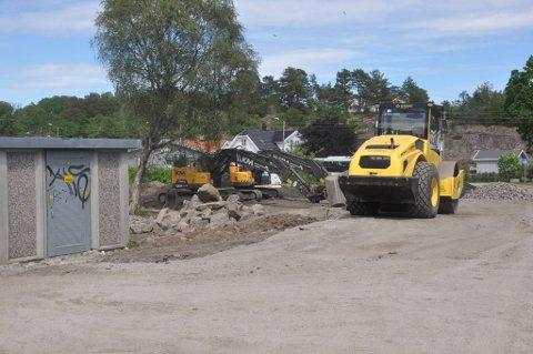 Flere gravemaskiner står igjen på anleggsområdet langs Torødveien.