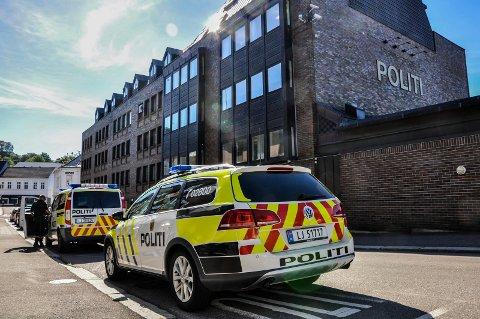 STOR OG LITEN: Politiet kjøper inn to typer patruljebiler, stor og liten. Bildet er fra 2017, fra før politistasjonen ble utvidet. Siden den gang er VW Passat byttet ut med både BMW og Volvo som liten patruljebil.