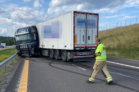 LASTEBIL: En trailer hadde vrengt seg og endt i autovernet ved Hellandkrysset, i Holmestrand.
