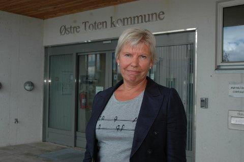 RIGGER: Aslaug Dæhlen, rådmann i Østre Toten kommunen, forteller at de rigger seg for å være klare for å følge opp de scenariene som kan dukke opp.