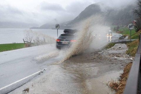 I framtida vil perioder med styrtregn og raske temperaturskifter bli stadig vanligere også lokalt, mener Norsk Klimaservicesenter.