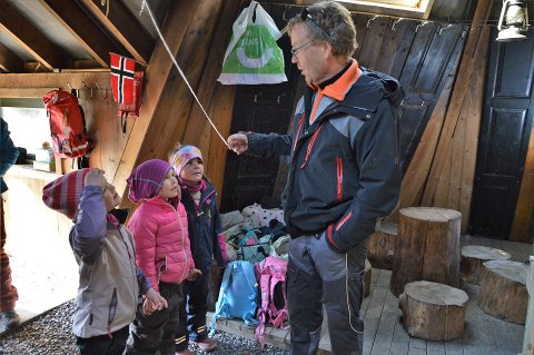 SAMLET: Janne, Oda og Mathea sammen med styrer i Bonderudbakken gårdsbarnehage, Christian Fredrik Solberg. Bildet er fra et tidligere besøk i barnehagen.