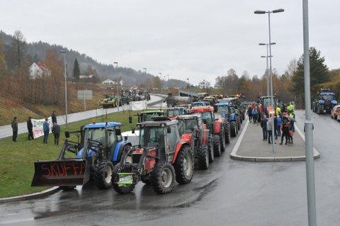 FRYKTET: Nær femti traktorer samlet seg ved Mjøsbrua i protest i mai mot tilbudet regjeringen kom med, i dag kom beskjeden de fryktet - tilbudet forblir det samme.