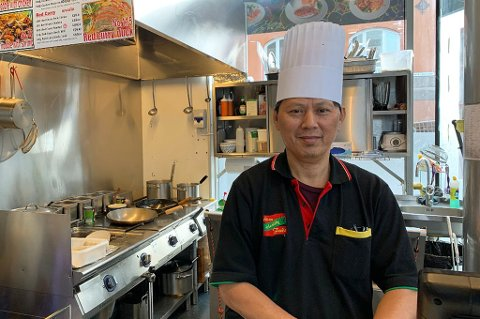 MÅ UT: Natthawan Wongwan, sjef på Asian Healthy Food, har lett etter nye lokaler til restauranten etter at de fikk vite at de måtte ut av Tempogården. Nå tror han at han har funnet et nytt sted å være. Foto: Andreas Beddari Høyer