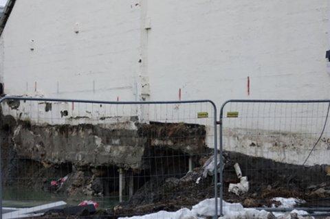 PLANLAGT: Det ser unektelig ikke helt planlagt ut, men hullet under Vestregata 24 er helt etter skjema, forklarer prosjektlederen.