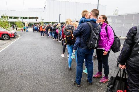 LANGE KØER: I åpningshelga var det lange køer, helt ut på parkeringsplassen ved Tromsøbadet.