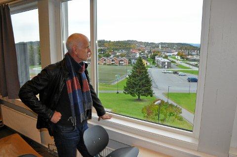 – Reagere forskjellig: – Jeg vil prate med kontaktlærerne om hvordan vi møter elevene som omfattes av nedleggingen sier rektor Geir Mediås. Leira mottak i bakgrunnen.