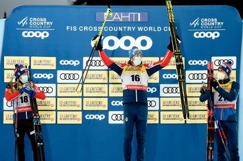 JUBLET FOR VERDENSCUPSEIER: Emil Iversen vant tremila i Lahti lørdag da han spurtslo Sjur Røthe (t.v.). Pål Golberg kom på 3. plass. Søndag er det duket for stafett. Iversen går andreetappen for Norge.