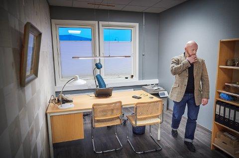 Advokat Theo Dretvik er mannens forsvarer. Han reagerer både på kravet om isolasjon og klausulering av dokumenter i saken. Hans klient er utpekt som en av hovedmennene i det politiet kaller en stor og grov narkotikasak.
