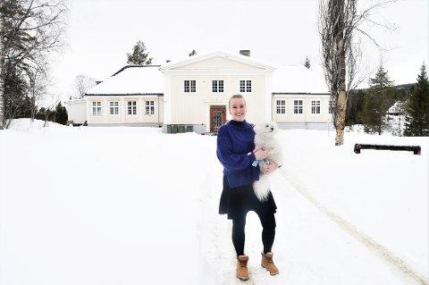 VEMODIG: Marte Gartland smiler tappert utenfor det prektige huset i Kopperå. Nå skal Gartland, og hunden Lille My, flytte fra bygda og huset hun har blitt så glad i.