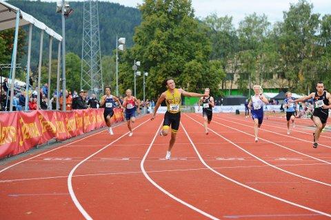 SUVEREN: Steinkjer FIKs Bastian Elnan Aurstad fra Henning ble tildelt bestemannspremien i Ungdomsmesterskapet i Trondheim. Søndag fosset 16-åringen inn til gull på 200 meter.