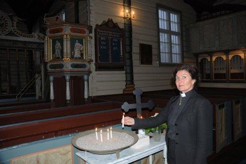 Prost Ragnhild Eikeland Floberg, her i Holt kirke, forteller at den nye ungdomspresten også skal være sogneprest i Holt, slik som forgjengeren Robert Knudsen. Arkivfoto