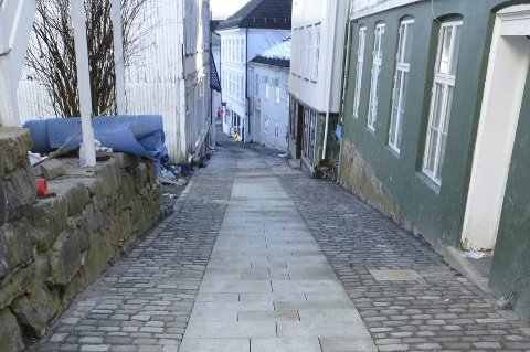 Slik blir det: Gatedekket i nedre del av Holgata er nå ferdig med gatestein. I midten er det et bredt felt med sklisikre granittheller.foto: frode gustavsen
