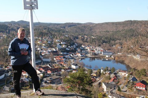 Turlagets leder Jan Ove Aslaksen er fornøyd over å kunne vise frem årets brosjyre med turprogrammet for 2016. Her fotografert på toppen av Øksenåsen med praktfull utsikt over byen og omegn. Øksenåstoppen er også sesongens første turmål.