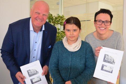 Ordfører Jan Dukene fra venstre, Hanna Canillo fra Sandøya skole og varaordfører June Marcussen.