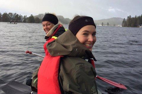Fuglekikkere: Irene Myre (forrest) og Silje Fodtvedt Skeimo koste seg på kanotur i Sørfjoren mandag, like etter det ville snøværet.
