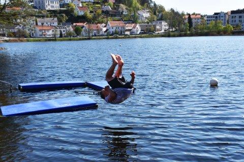 Sebastian Løvdal tar salto ut i vannet.