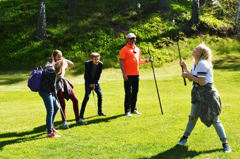 Super innsats: Emilie Jonassen (helt til høyre i bildet) sliter først litt med å få til slaget, men når hun klarer det, er humøret på topp!