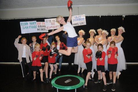 11 år gamle Viktor Kildahl (som en spretten BillyElliot) og noen av de andre DDD-danserne som skal være med på forestillingen i Risørhuset. Foto: Øystein K. Darbo.