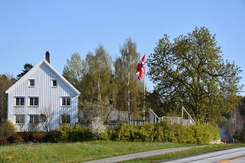 Alle som kjører på E18 utenfor Tvedestrand kan du i dag se dette staselige flagget.