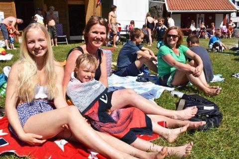Martine, Tor og mamma Mona Halvorsen hadde tatt turen til Tvedestrand for å få med seg åpningen av badeparken i Tjenna.