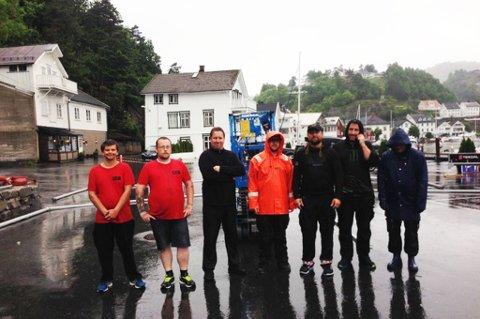 Superteam: Frivilige satte opp telt i Bakkeskåt i går i øs, pøs regnvær. Fra venstre: Lars Erik Røising, Frode Kirkeli, Jason Bourne, Ronny Sundsdal, John Are Forsberg og Ørjan Lorentzen.