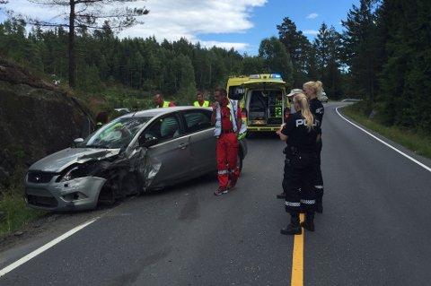 Føreren av denne bilen opplevde at det ene hjulet falt av. Akuttmottaket på sykehuset opplyser at sjåføren er lettere skadet.