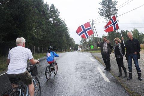 Hytteierne Christian Naustdal fra Stathelle, og Kjersti Sandberg og Arne Laugstøl fra Stabæk, måtte sjekke hva Tor te Franz var for noe, og stilte med noen store flagg langs løypa.