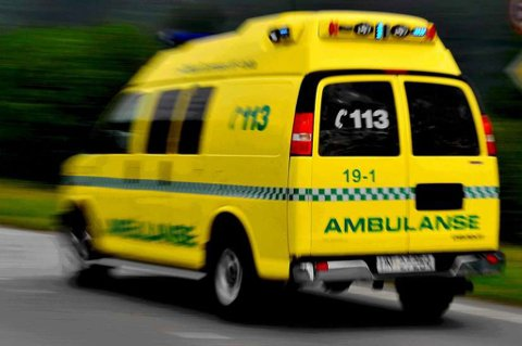 Mannen ble kjørt til sykehus med ambulanse.