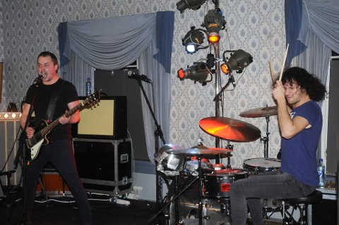 Pil & Bue med vokalist og gitarist Petter Carlsen og trommeslager Aleksander Kostopoulos, i aksjon på Kulturklubben scene i rådhuset.