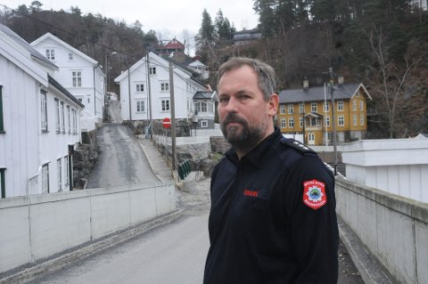 Brannmester Espen Gåserud varsler på forhånd om brannøvelsen, slik at folk i nedre bydel ikke skal tro at det er en ordentlig brann.