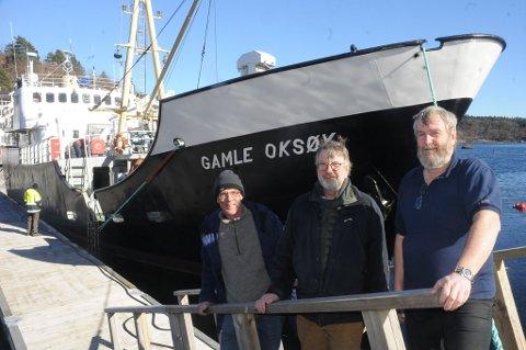 I Tvedestrand: F.v. filmprodusent Jan-Robert Jore, prosjektleder Jo van der Eynden og skipper på skuta, Odd Nordahl-Hansen.