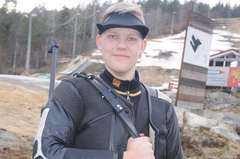 Unge Lars Kristian Solheim fra Songe gikk til topps blant alle seniorene (klasse 3-5) i samlagsmesterskapet i feltskyting sist helg.