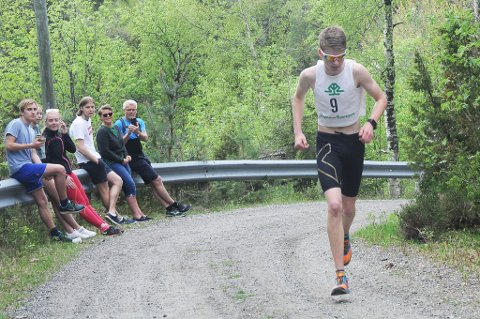 Andreas Værland løper i ensom majestet mot toppen av Hovdefjell. Foto: Øystein K. Darbo