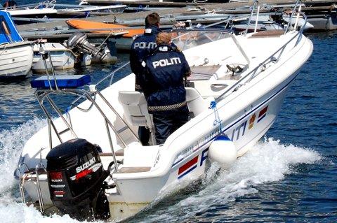 Agder politidistrikt har besluttet at denne politibåten skal tilbringe sommeren på en henger på Bergsmyr i Tvedestrand.