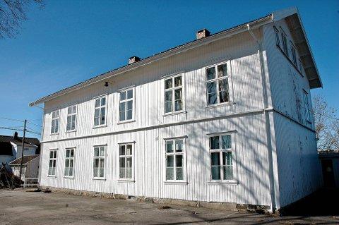 Skolen i Lyngør: I tillegg til selve skolebygget, som består av 366 kvm primærrrom i byggets to første etasjer og 98 kvm sekundærrom i tredjeetasje, følger det med to mindre bygg. Det ene fungerte i sin tid som skolens sløydsal, mens det andre er en tidligere utedo.