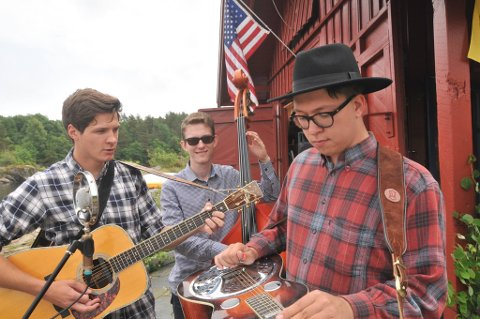 Tre vikarer i ein trio spiller på Furøya 12. juli.