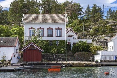Fjernet: Da denne eiendommen på Steinsøya i Lyngør ble lagt ut for salg i begynnelsen av juni, ble den annonsert under «fritidsbolig til salgs» på finn.no. Nå er den fjernet herfra og flyttet over til «bolig til salgs». Foto: Megler